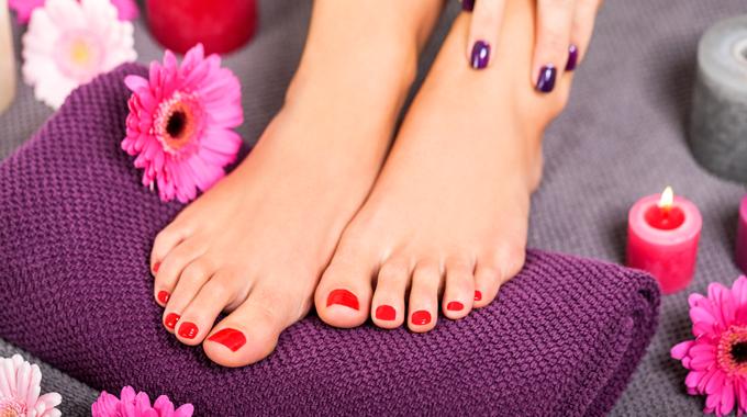 Ładnie pomalowane paznokcie u stóp
