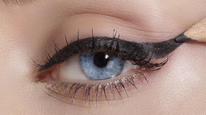Malowanie oka kredką do oczu
