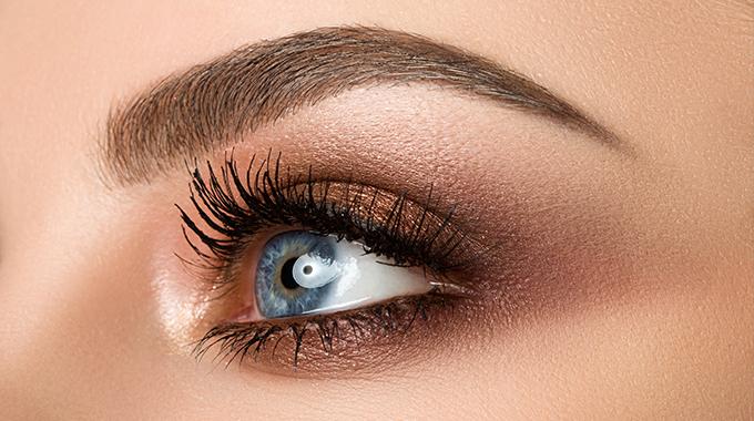 Kolory w makijażu niebieskiego oka
