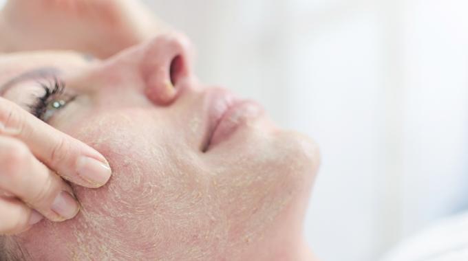 Zabiegi oczyszczające na twarz u kosmetyczki